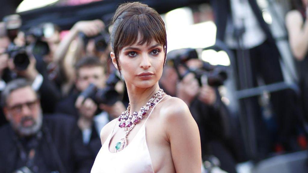 Foto: Tren Gaun Belahan Paha Tinggi di Red Carpet Cannes