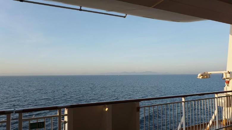 Menanti sunrise di dek luar kapal (Masaul/detikTravel)