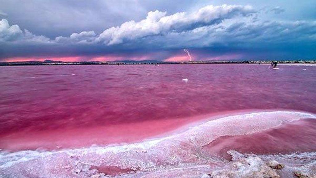 Tanpa Photoshop! 5 Danau Pink Sungguhan Ada di Dunia