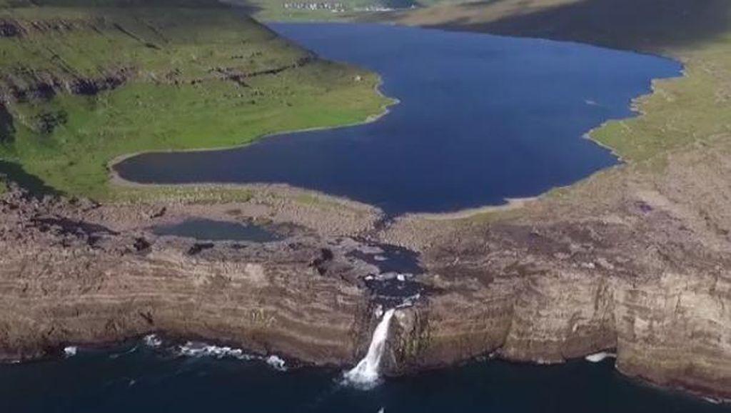 Danau Ajaib Kepulauan Faroe, Seperti Melayang di Atas Laut
