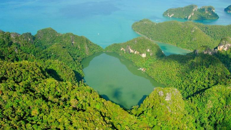 Foto: Cantaiknya Danau Dayang Bunting dengan mitos kesuburan di Malaysia (dok. Tourism Malaysia)