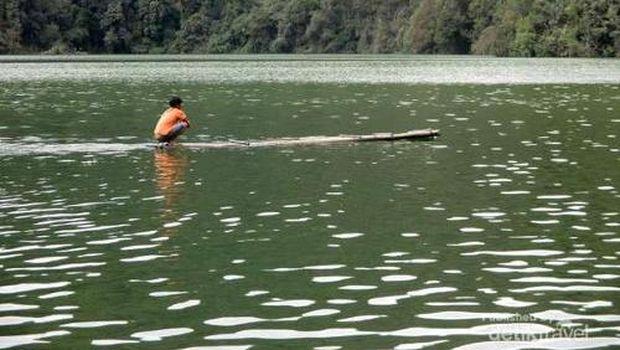 Warga berakit di Danau Lau Kawar (Rudi Chandra/dTraveler)