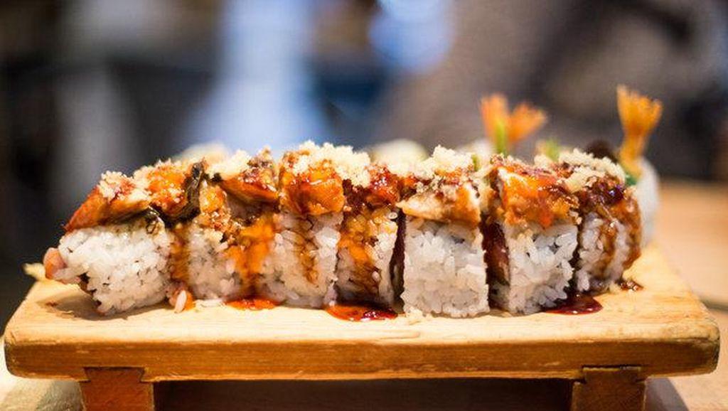 Saat ke Resto Sushi Sebaiknya Jangan Pesan Sushi Roll, Ini Alasannya!