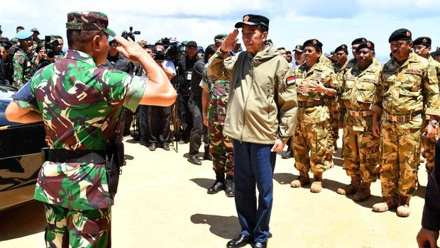 Panglima TNI menyambut Presiden Jokowi di Natuna.