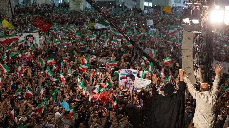 Pilpres Iran Digelar, Warga Antre di TPS