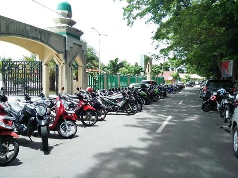 Keadaan di luar masjid