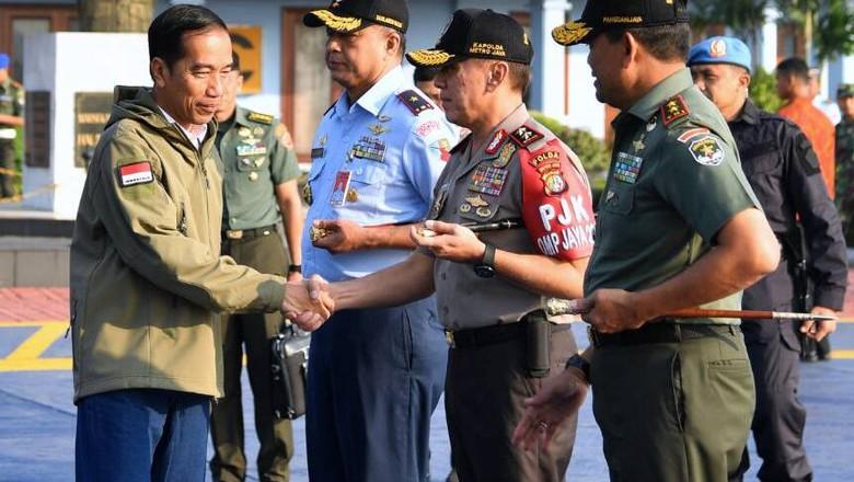 Jokowi Saksikan Latihan Perang TNI di Natuna