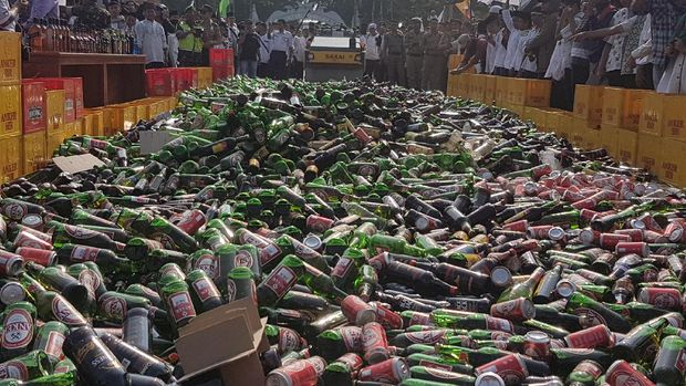 Ribuan miras dan senjata tajam hasil sitaan dimusnahkan di Kota Serang.