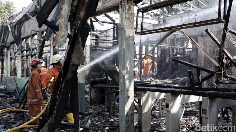 10 Ruangan di Stasiun Klender Terbakar, 1 Petugas Stasiun Terluka