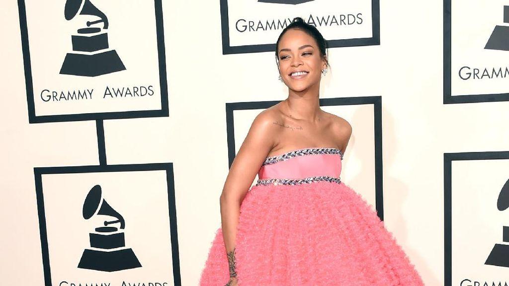 Foto: 15 Penampilan Rihanna yang Mencuri Perhatian