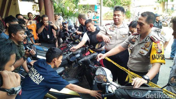 Para tersangka dan barang bukti yang diamankan polisi