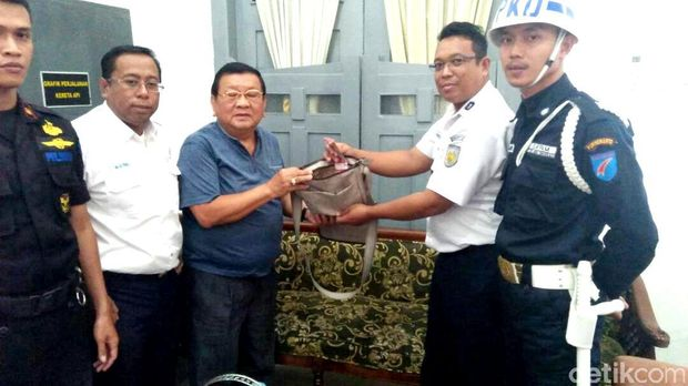 Penyerahan tas yang ditemukan Supri ke perwakilan pemilik