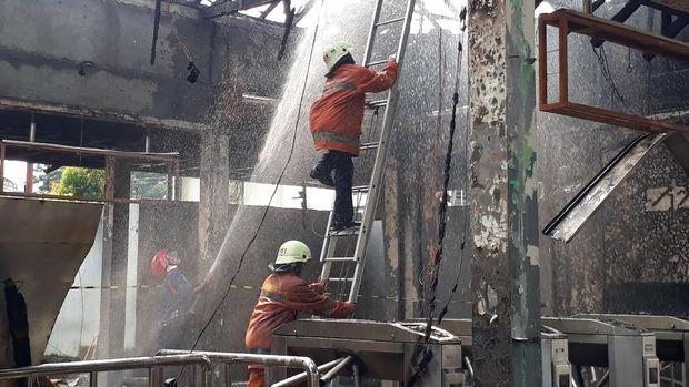 Ruangan di Stasiun Klender yang dilahap api
