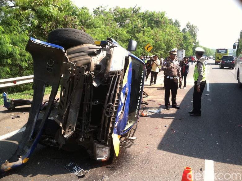 Truk Tabrak 2 Mobil Patroli di Tol Cipularang karena Rem Blong