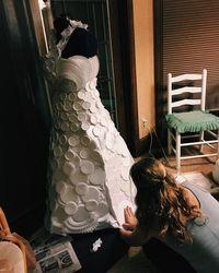 Gaun Pengantin Unik Berbahan Piring dan Cangkir Styrofoam, Mau Pakai?