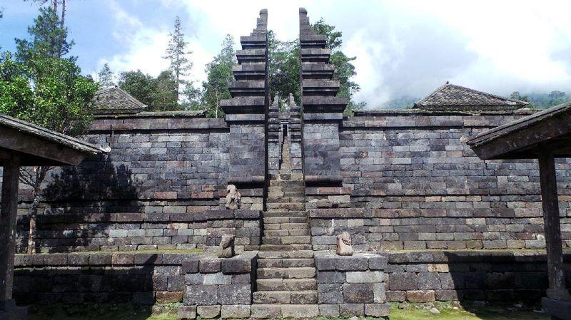 Candi Cetho sendiri bentuknya seperti punden berundak, ada 13 teras yang bisa dijelajahi traveler. Di puncak, ada candi utama yang hingga kini masih digunakan sebagai lokasi peribadatan umat Hindu (Wahyu/detikTravel)