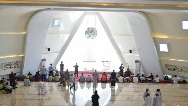 Masjid ini memiliki luas 6000 meter persegi dan dapat menampung 1.200 jemaah.