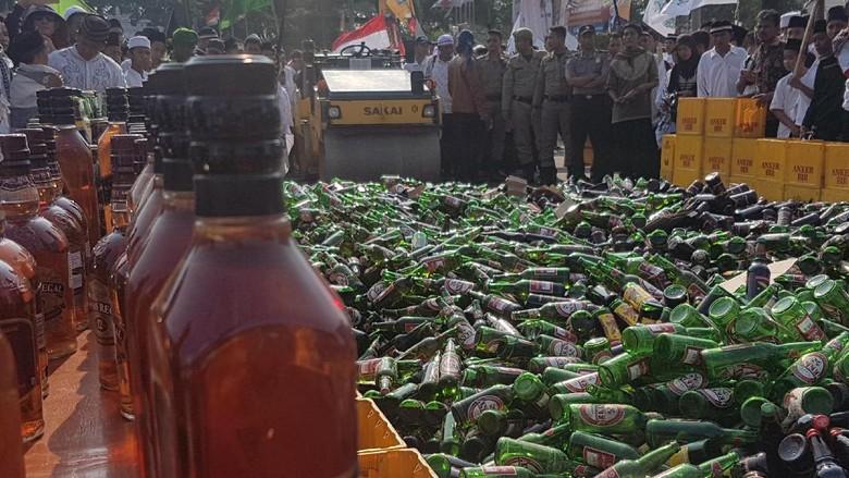 Jelang Ramadan, Ribuan Miras Dimusnahkan di Kota Serang