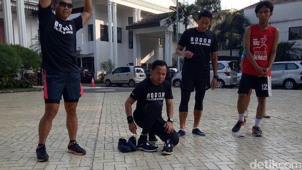 Usai Lari Bareng, Sandiaga Hadiahkan Sepatu OK OCE ke Bima Arya