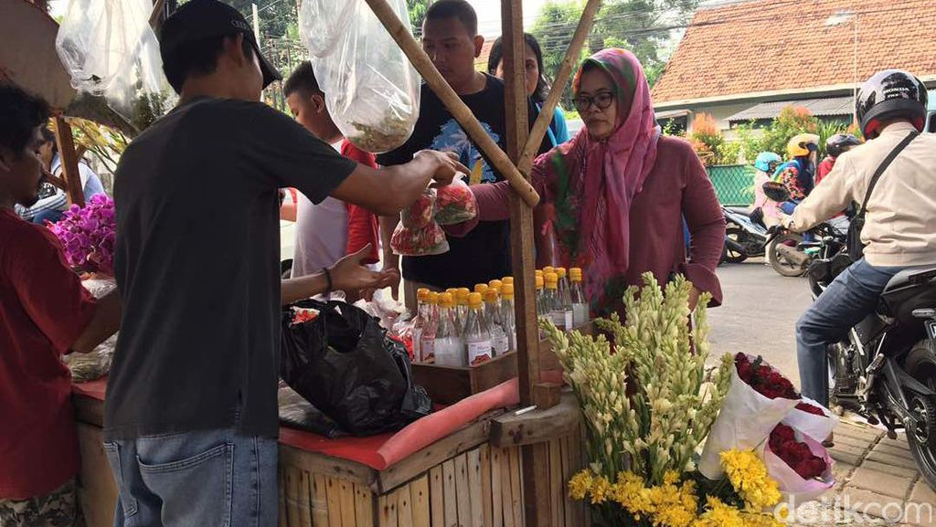 Berkah Pedagang Bunga Musiman di Komplek Kuburan Jelang Ramadan