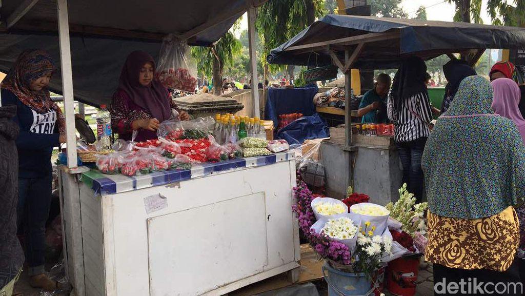 Jualan Bunga Kuburan Jelang Puasa, Bisa Untung Rp 200.000 Sehari