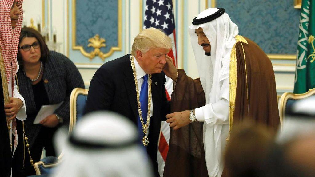 Ketika Trump Ditegur Raja Salman karena Minum dengan Tangan Kiri