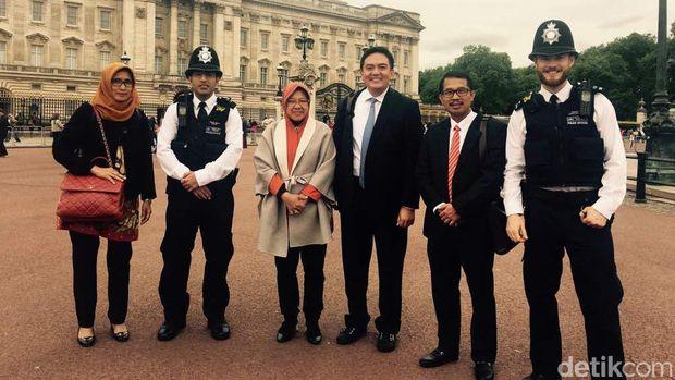 Walikota Risma di depan Buckingham Palace, Inggris. Foto: Irvan Widyanto/Detik