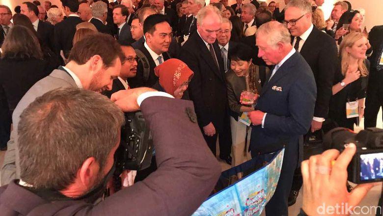 Wali Kota Risma (Jilbab Merah) Bertemu Pangeran Charles. Foto: Irvan Widyanto/Detik