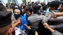 Polisi dan Mahasiswa Saling Dorong di Kemenko PMK