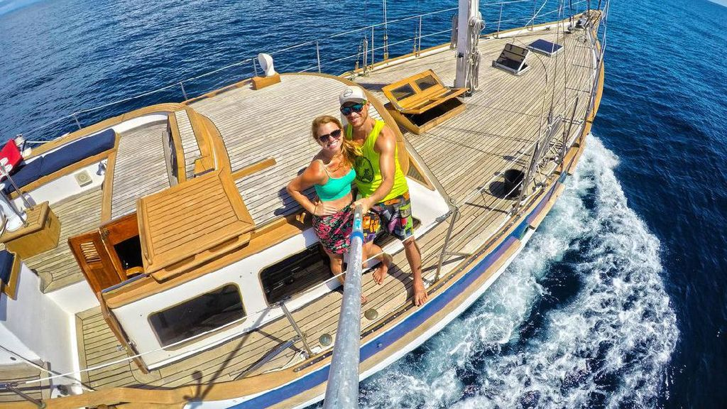 Keren! Pasangan Ini Bikin Kapal Layar dari Honeymoon yang Gagal