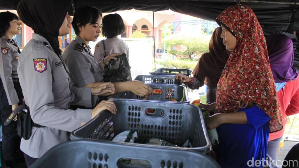 Ada Sembako Murah, Warga Antusias Datangi Markas Polres Bandung