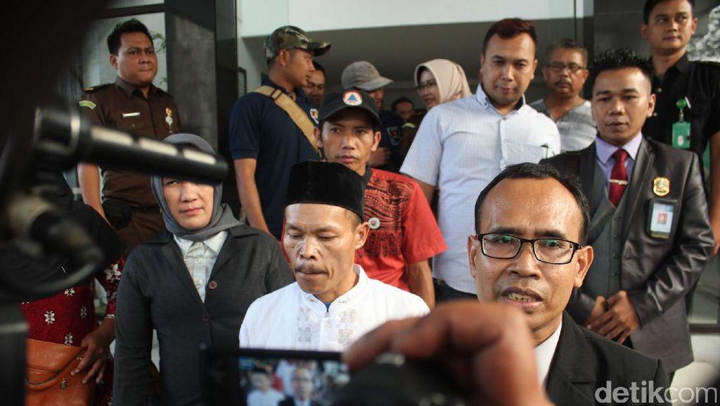 Air Mata Bahagia Istri Sambut Didin di Halaman Kejari Cianjur