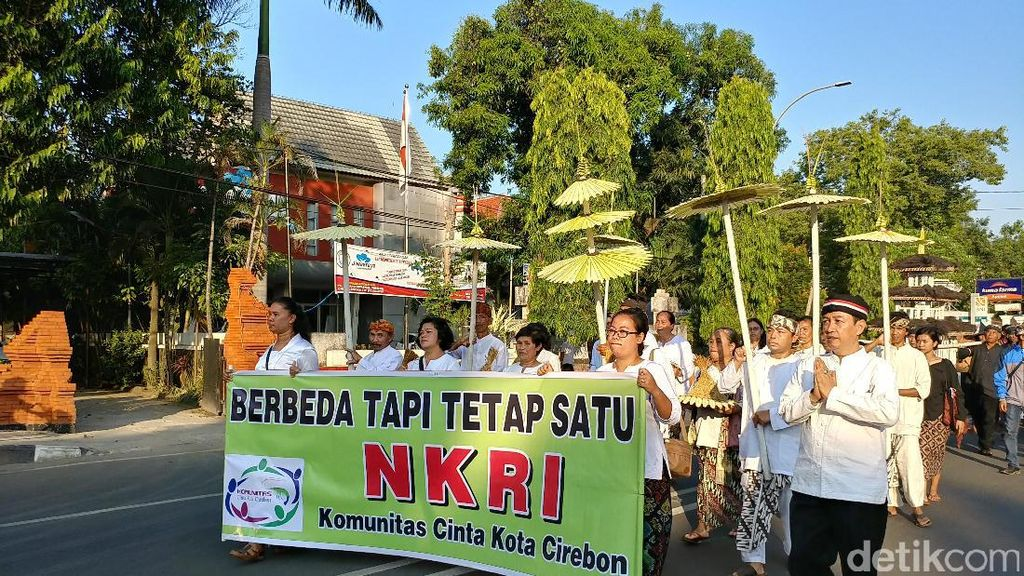 Warga Cirebon Meriahkan Pawai Kebinekaan