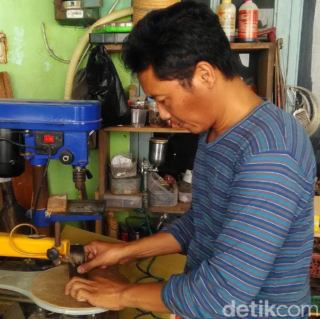 Bendot Waluyo Pembuat Frame Kacamata dari Kayu di Bantul