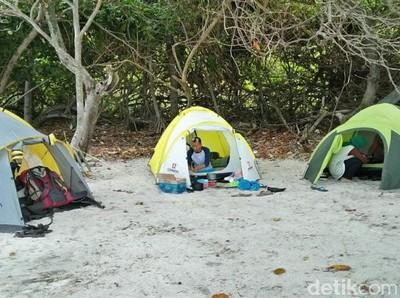 Kemping di Pulau Sangiang, Banten Yuk!