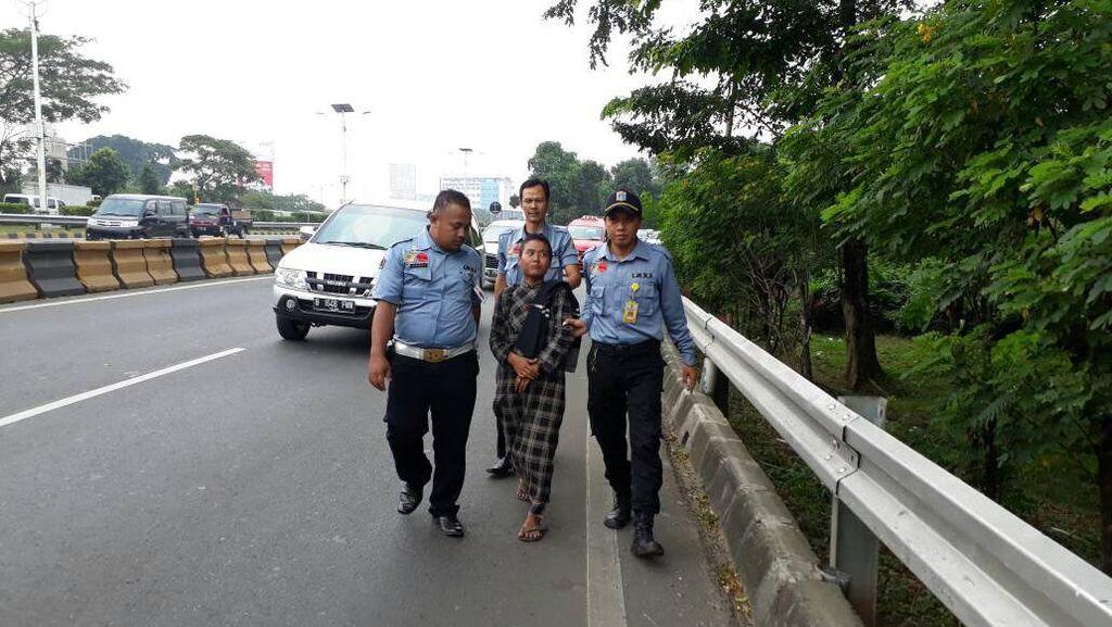 Jalan di Pinggir Tol, Wanita ODMK Diangkut Sudinsos Jaktim