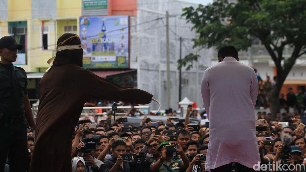 Ditangkap Warga, 4 Pasangan Mesum di Aceh Dicambuk