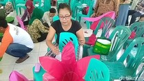 Warga Eks Lokalisasi Dolly dan Jarak Antusias Membuat Lampion