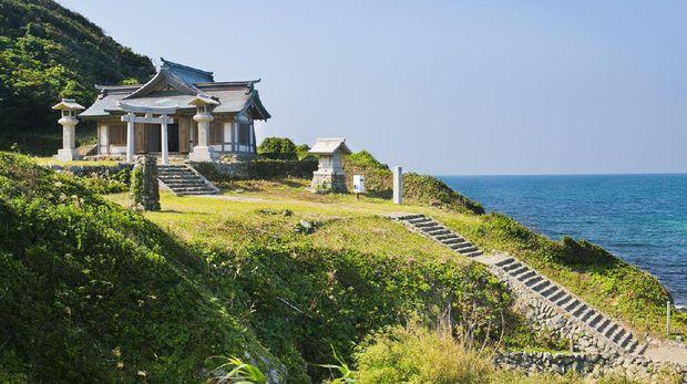 Kuil keramat di dalam pulau (okinoshima-heritage.jp)