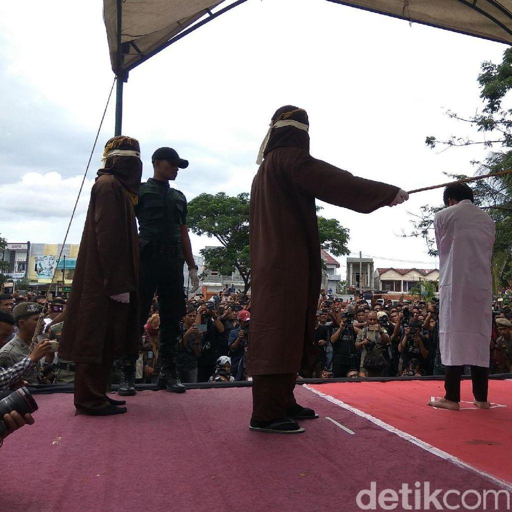 5 Algojo Cambuk Pasangan Gay di Aceh di Depan Umum