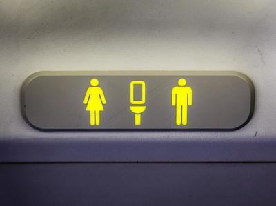 Toilet Pesawat Rusak, Penumpang Pipis di Botol