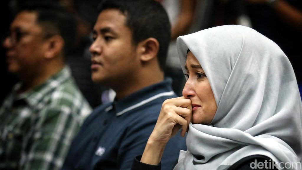Tangis Inneke Koesherawati Dengar Vonis sang Suami