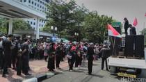 Aksi di Gedung MA, Massa Relawan Ahok Bacakan Doa