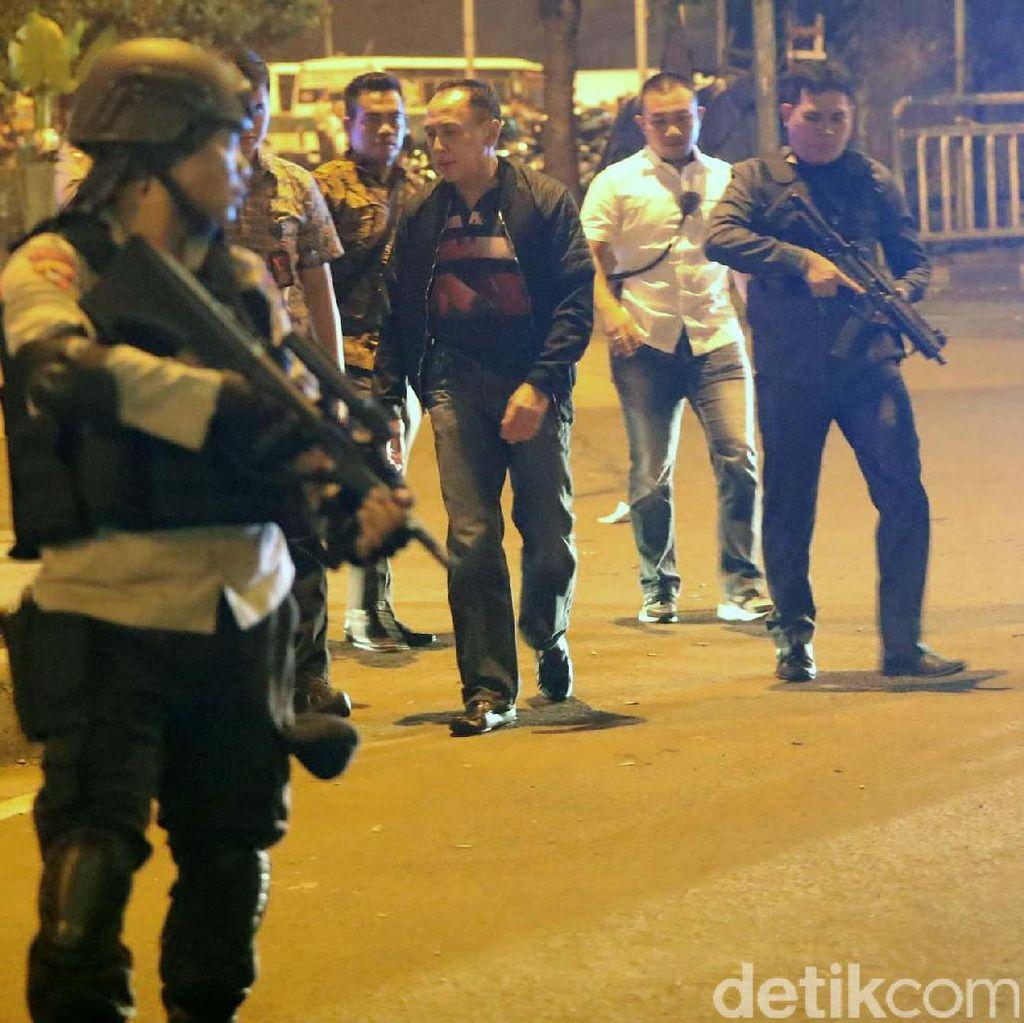 Foto-foto Polisi Menyisir Lokasi Bom Kampung Melayu