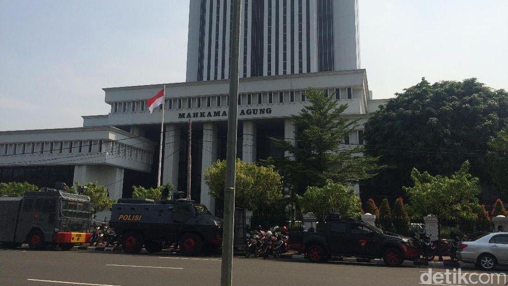 Jelang Aksi Relawan Ahok, Polisi Bersiaga di Depan Gedung MA