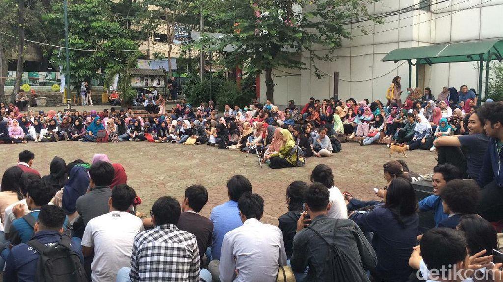 Rekan Dipolisikan, Dosen UNJ Demo Rektor