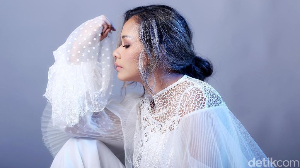 Film Tentang Dia Antar Nama Adinia Wirasti untuk Piala Citra