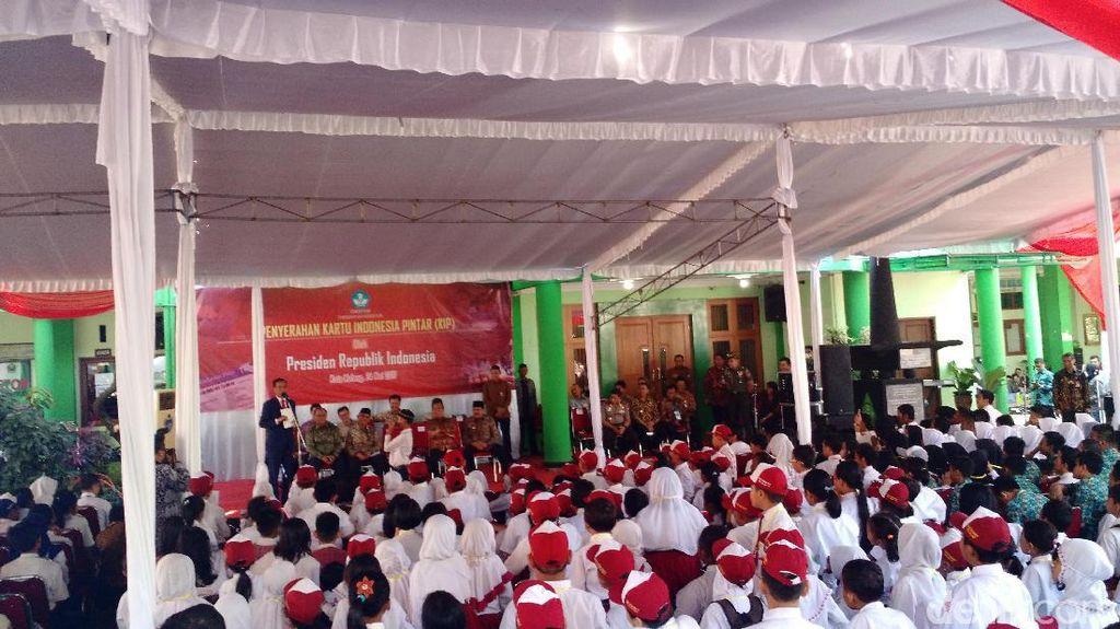 Jokowi ke Siswa di Malang: Ada yang Bisa Silat? Ayo Maju!