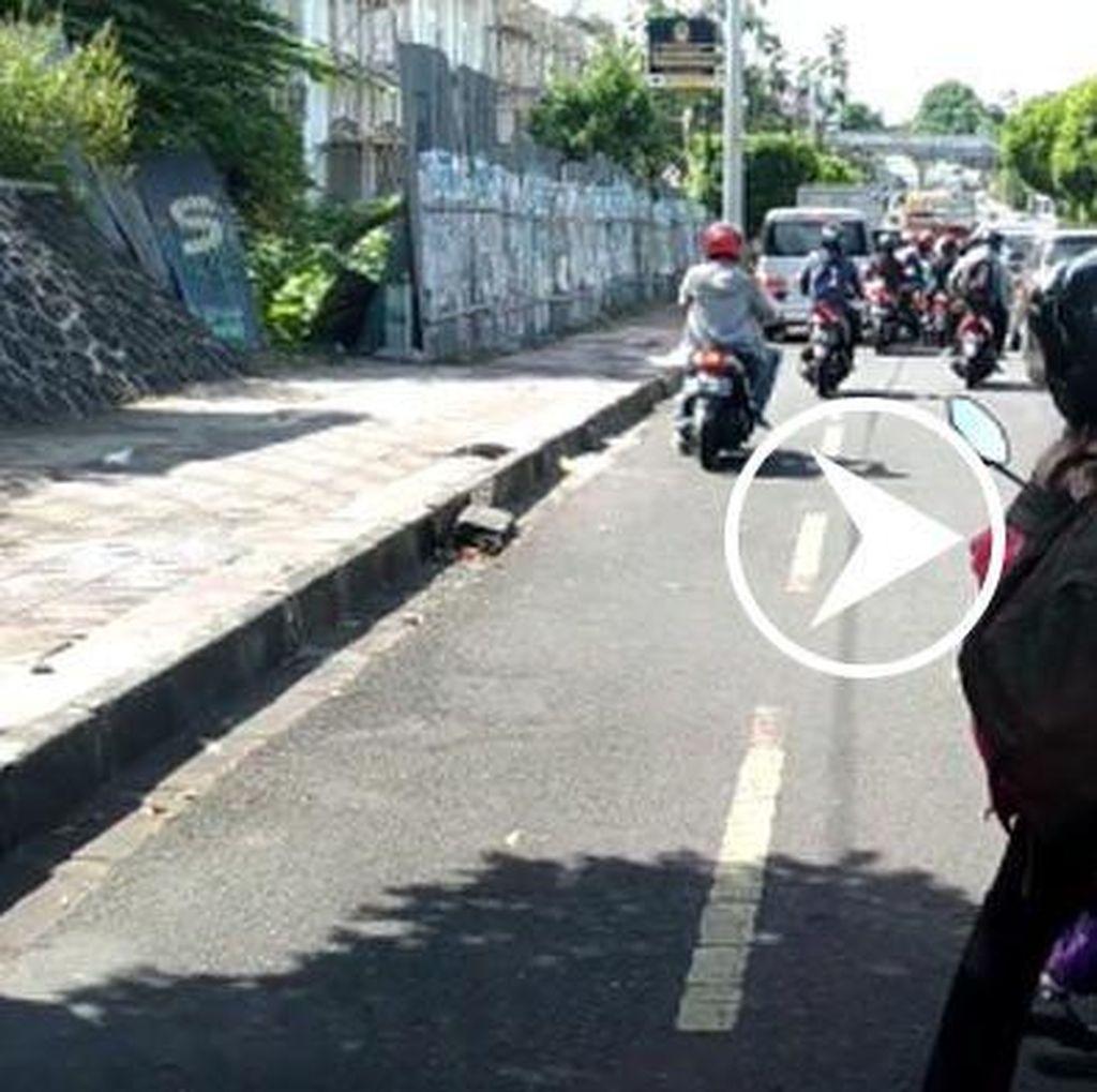Viral! Video Ibu-ibu Bermotor Ngadem di Tengah Jalan