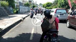 Power of Emak-emak! Ibu Naik Motor Ngadem di Tengah Jalan